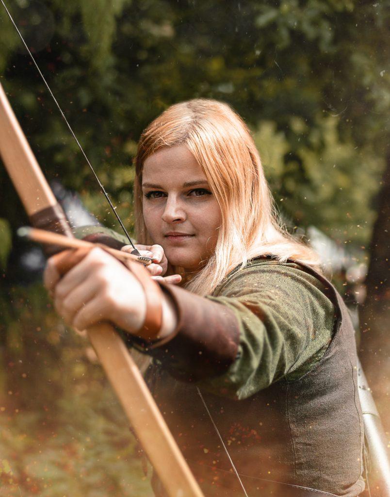 jeune femme avec déguisement d'archer