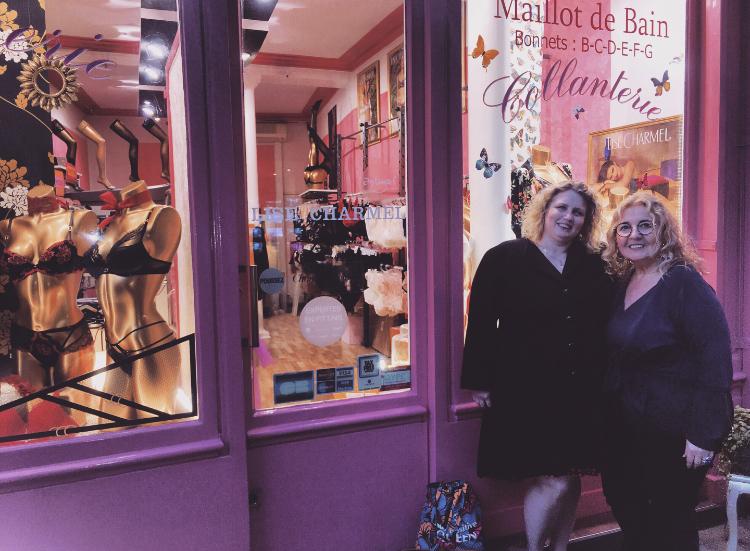 Martine et Valérie devant la boutique Un amour de lingerie