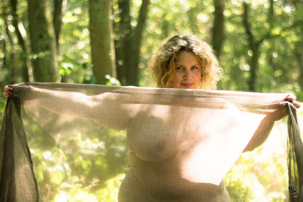 Magnifique photo de Valerie par Sébastien Merlet. Femme nue dans la nature, couverte d'un voile.