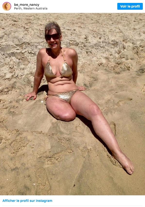 amputée et en bikini sur le sable chaud