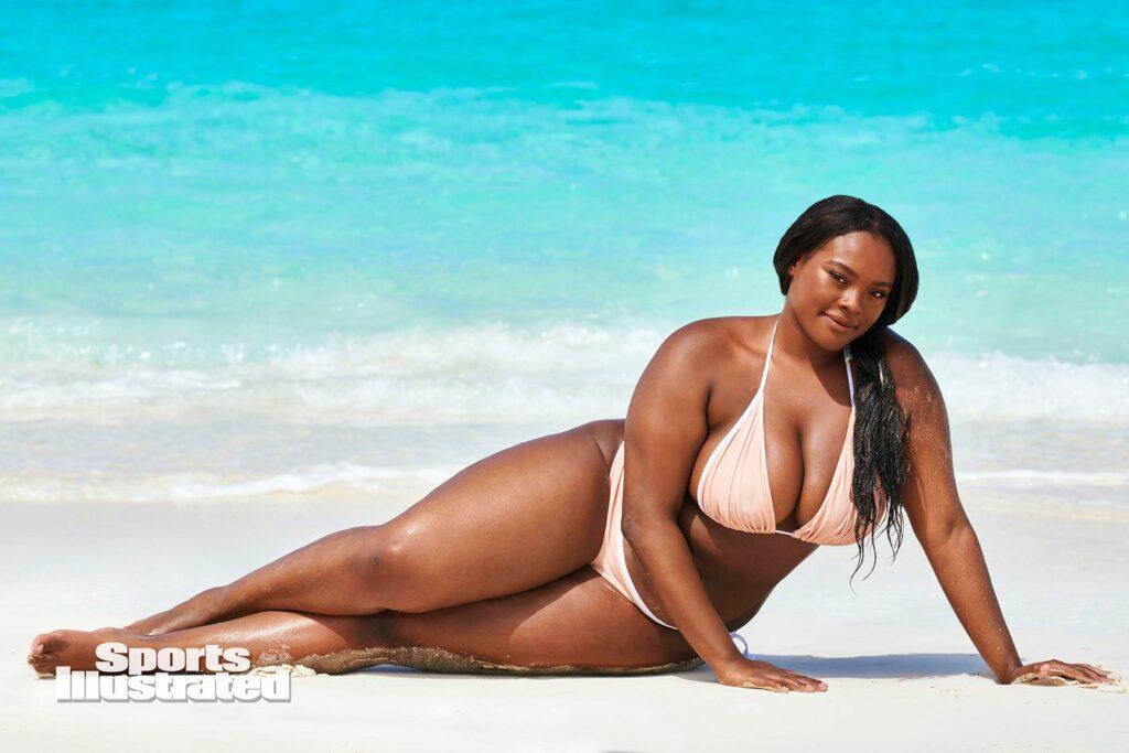 Brielle Anyea en bikini devant une mer turquoise