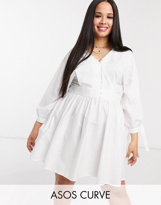 ASOS DESIGN Curve - Robe babydoll courte en popeline de coton avec encolure boutonnée et liens sur les manches - Blanc