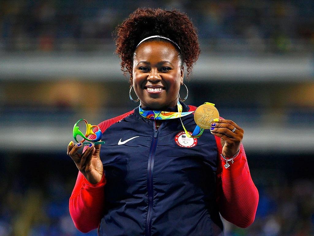 Michelle Carter avec sa médaille d'or, définitivement pas trop grosse pour les jeux olympique de 2016