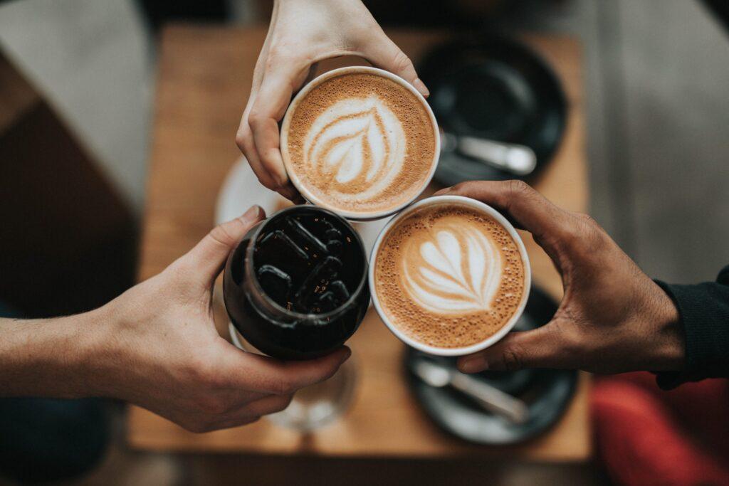 prende un café entre amies pour éloigner le blues